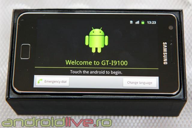 Samsung Galaxy S II se comercializează într-o cutie compactă de culoare neagră