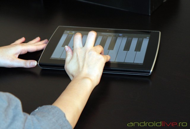 Tableta-EeePad-Slider_playing_piano