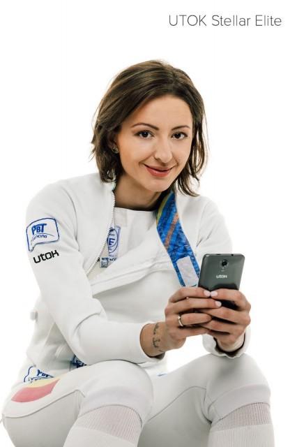 Ana Maria Brânza cu telefonul UTOK Stellar Elite