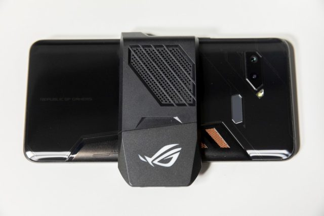ASUS ROG Phone cu AeroActive Cooler
